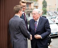Starješina M. Russell Ballard u posjeti Europi.