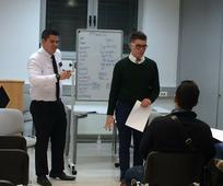 Конверзацијска група енглеског језика води младог босанца, Роберта, до међународног успеха.