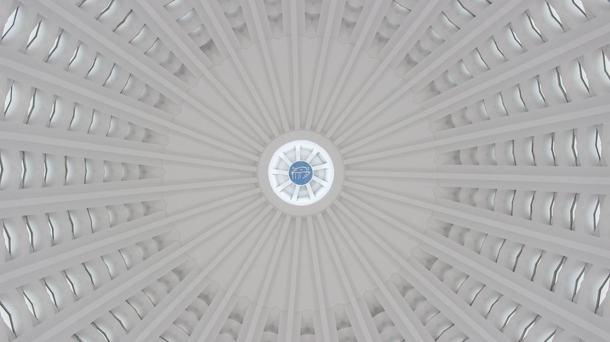 Унутрашњи поглед на куполу у бахајском Дому за богослужење у Лангенхајну у Немачкој.