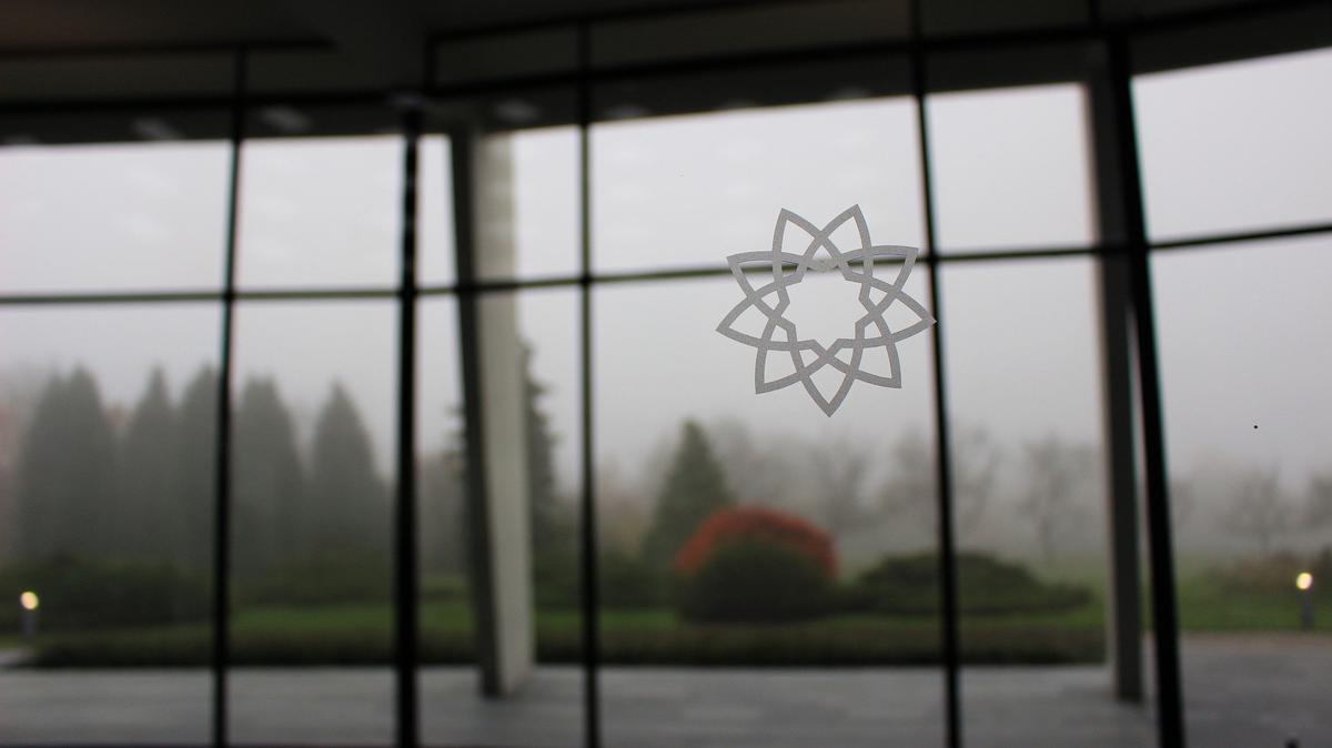 Прозор у бахајском Дому за богослужење у Лангенхајну.