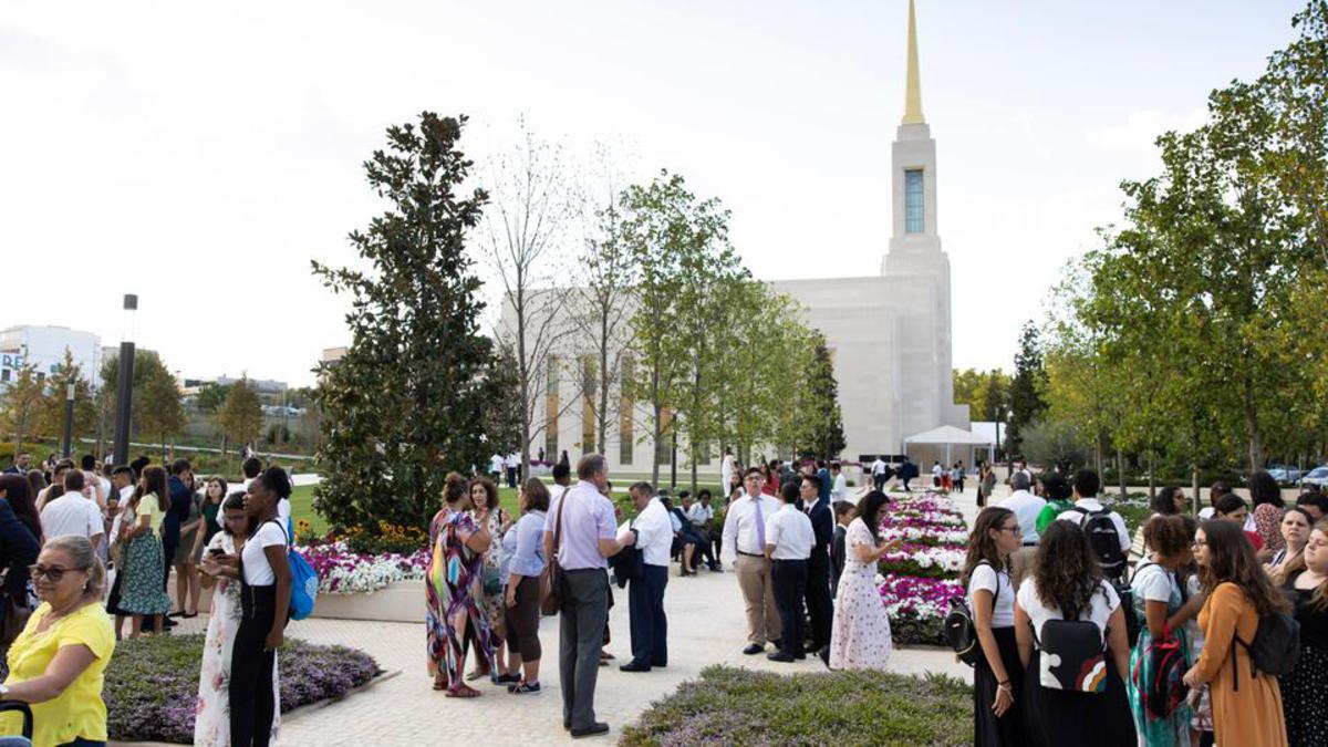 Starešina Neil L. Andersen je posvetil tempelj v Lizboni na Portugalskem