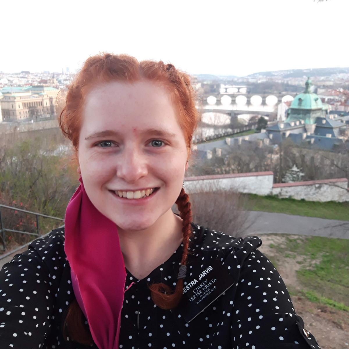 Sestra Jarvis na fotce v Praze, nyní působí jako misionářka v Brně.
