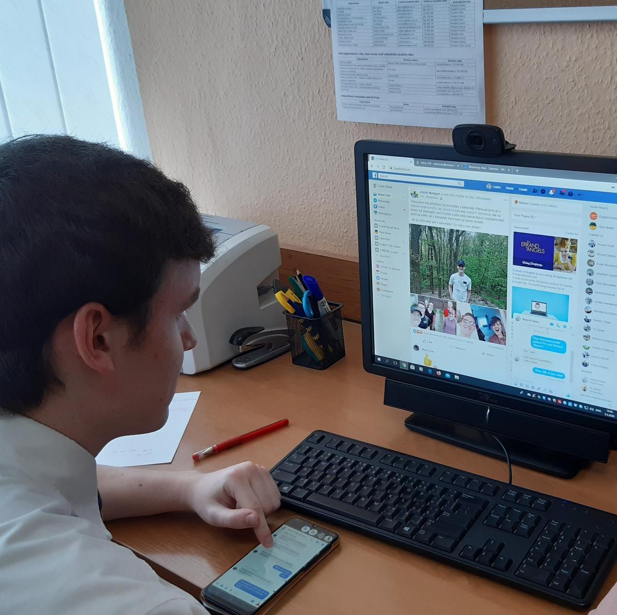 Stejně jako většina misionářů po celém světě pracuje starší Thomas se svým společníkem během pandemie přes internet.
