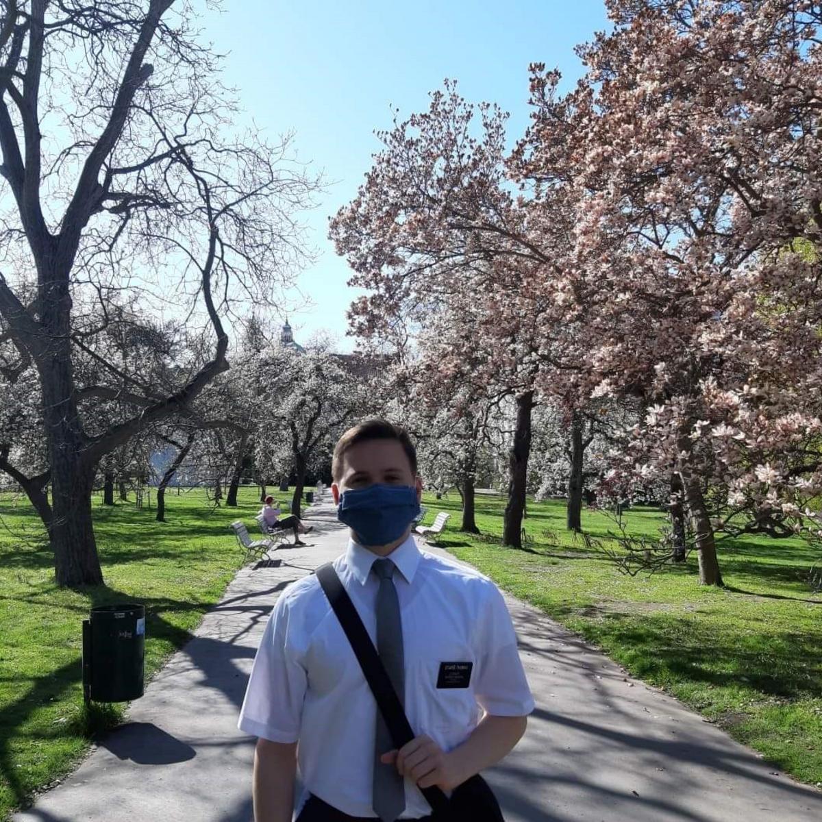 Mezi prací je čas i na procházky do přírody. Na obrázku je starší Thomas v parku.