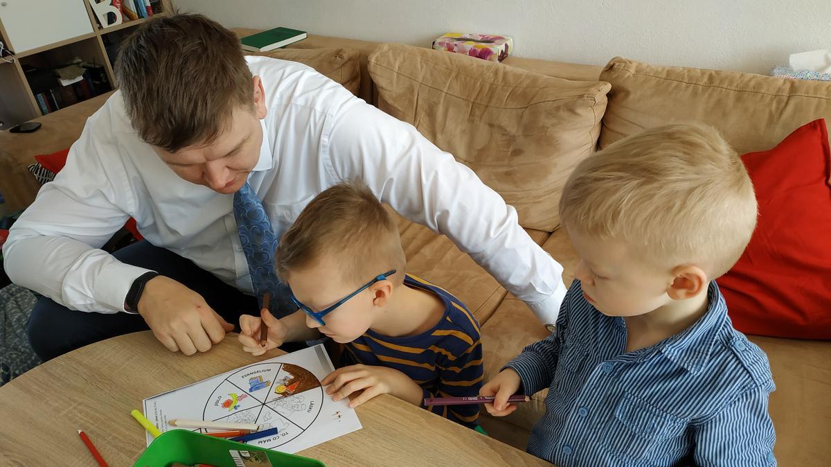 V neděli po přenosu shromáždění svátosti čtou rodiče s dětmi v rodině Červeňových písma a malují při domácí třídě Primárek, aktivitách pro děti zaměřených na výuku evangelia Ježíše Krista.