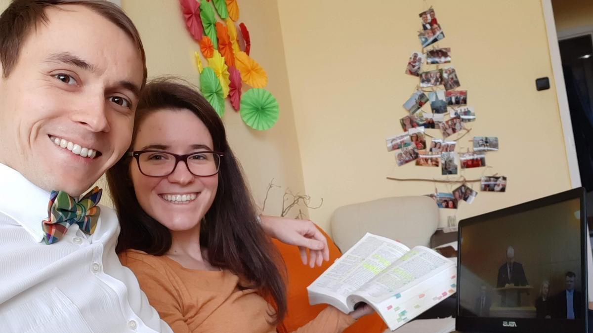 Manželé Šindýlkovi sledují přenos nedělního shromáždění ve svém domově v Maďarsku.
