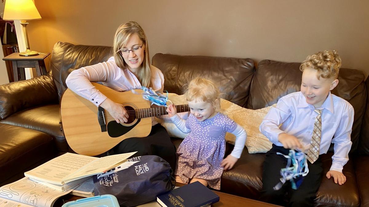 Děti zpívají náboženské písničky při rodinné nedělní třídě Primárek, aktivitách pro děti zaměřených na výuku evangelia Ježíše Krista.