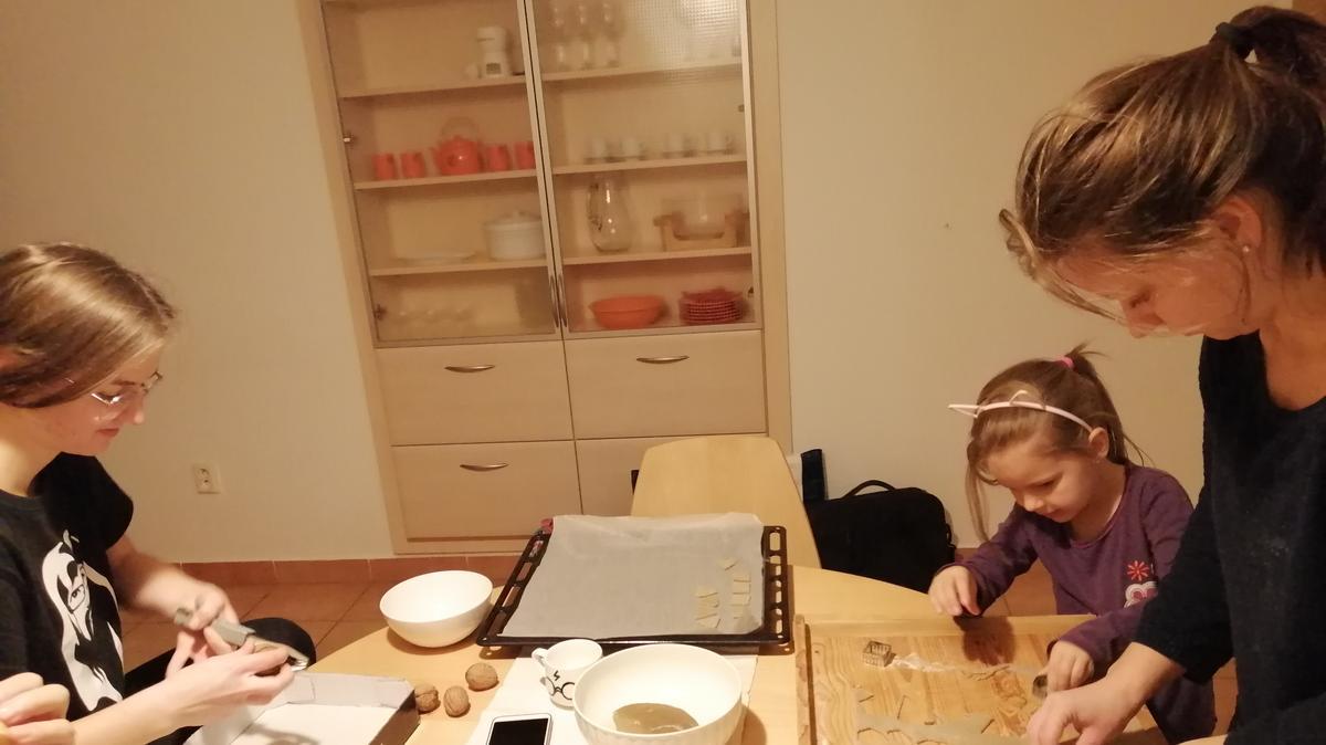Emmička se svými sestrami peče perníčky