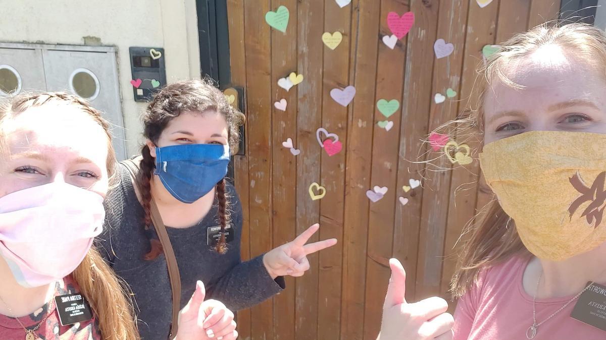 Sestry misionářky v Bratislavě tímto způsobem potěšily během pandemie člena Církve Ježíše Krista Svatých posledních dnů. Bez kontaktu jde sloužit také. Zleva sestra Page, sestra Brower a sestra Goodworth.