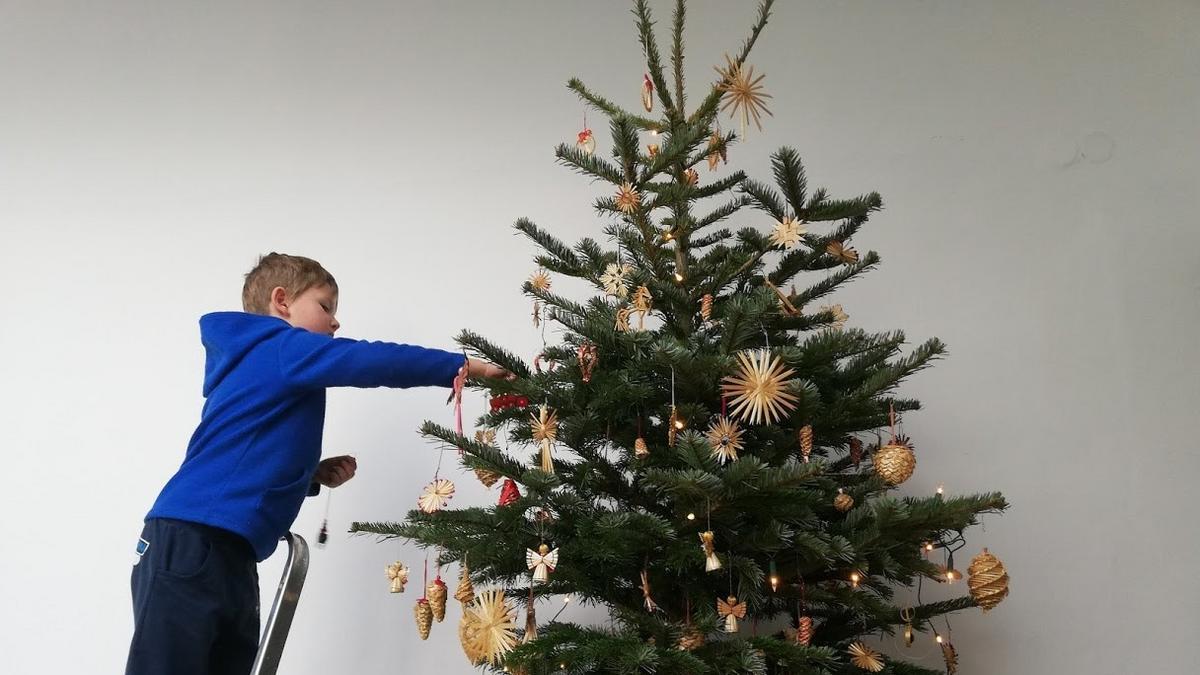 Samko zdobí vánoční stromeček