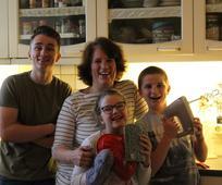 Renate vaří se svými dětmi, věk 16, 11 a 8