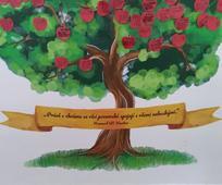 """Na chodbě kaple sboru Praha je nalepen strom, na nějž členové přilepují jablíčka, na která zapisují jména svých předků, pro které vykonali obřady v chrámu. Pod stromem je citát od presidenta Howarda W. Huntera: """"Právě v chrámu se věci pozemské spojují s věcmi nebeskými."""""""