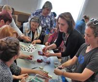 Sestry pracují na kompletaci vánočních výrobků pro chráněnou dílnu v Hradci Králové