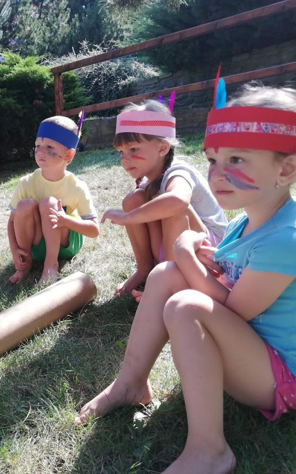 Mladší děti tráví čas během workshopů hrou na indiány