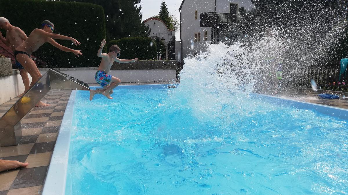 Skoky a zábava u bazénu
