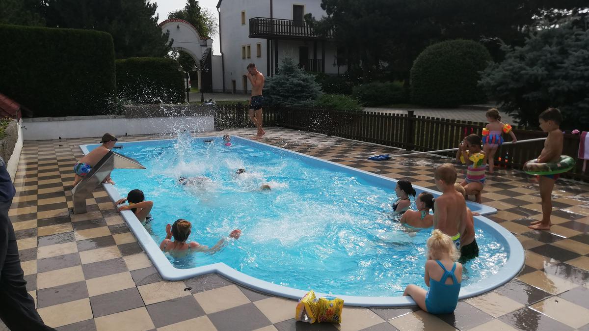 Účastníci tráví volný čas u venkovního bazénu