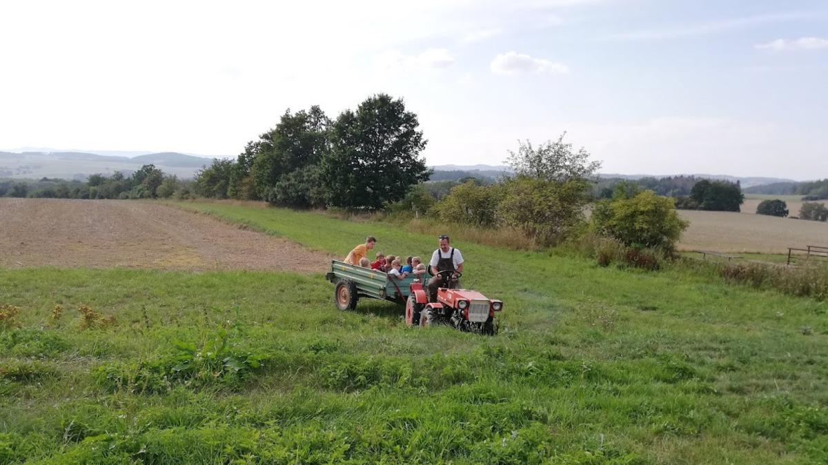 Pro děti byla nachystaná bonusová aktivita – off road na zvlněném terénu na vlečce traktoru