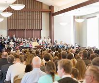 En forsamling mødes i en kirkebygning