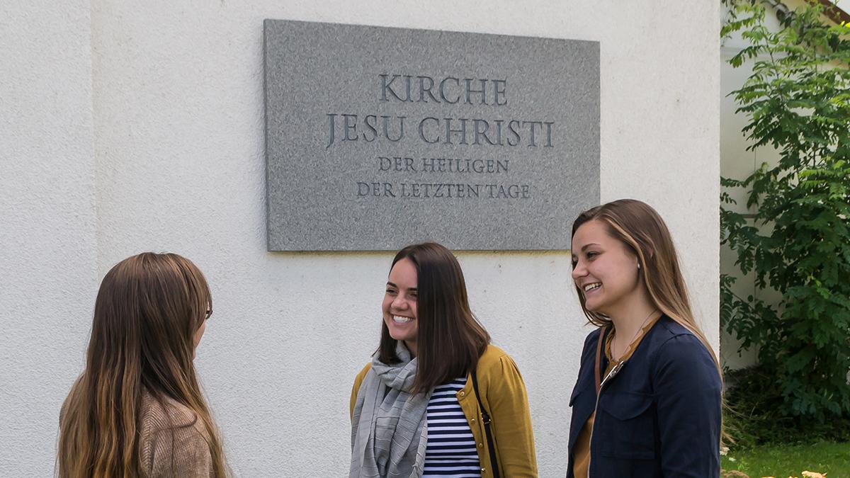 Missionarinnen vor einem Kirchengebäude der Kirche Jesu Christi der Heiligen der Letzten Tage