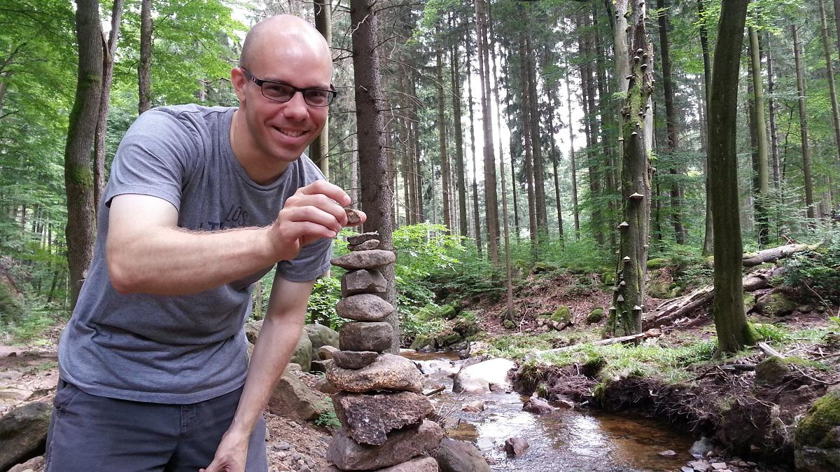 Mann mit Steinen
