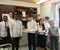 eine Gruppe Jugendlicher in der Küche