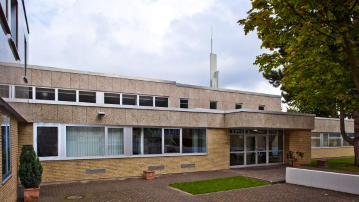 Elder M. Russell Ballard spricht zu jungen Alleinstehenden in Frankfurt