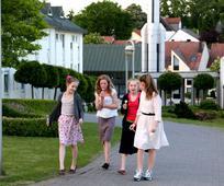 Vier Junge Damen freuen sich auf ihren Tempelbesuch.