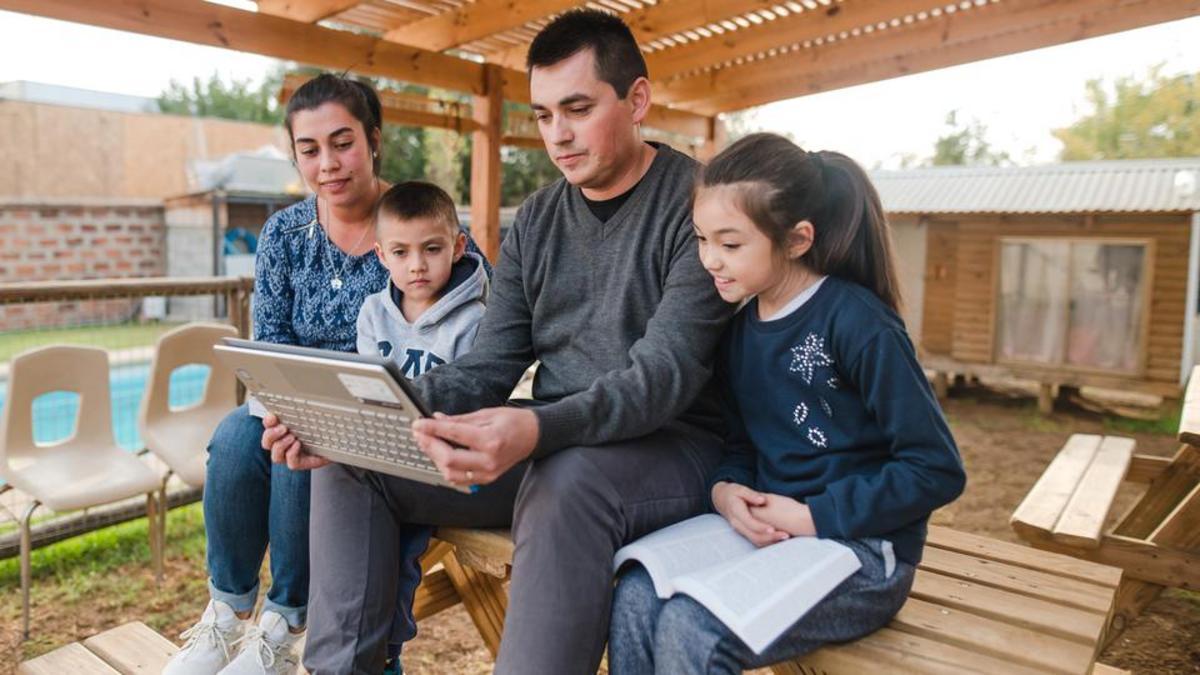 Egy család online nézi az Általános konferenciát