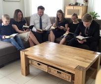 Egy család az otthonában tartja meg az úrvacsora gyűlést