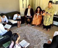 Egy család az otthonában tartja az úrvacsora gyűlést