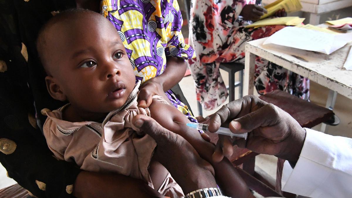 LDS Charities boekt samen met haar partnerorganisaties vooruitgang bij het bestrijden van tetanus bij moeders en pasgeboren baby's (MNT), een vorm van deze dodelijke ziekte die bij vrouwen in de vruchtbare leeftijd en hun kinderen kan optreden. De Wereldgezondheidsorganisatie (WGO) maakte onlangs bekend dat MNT in het Afrikaanse land Tsjaad is uitgebannen. MNT kan voorkomen worden door vaccinatie en een goede hygiëne bij de geboorte. LDS Charities, de humanitaire hulporganisatie van De Kerk van Jezus Christus van de Heiligen der Laatste Dagen, werkt al sinds 2014 mee aan het wereldwijde MNT Elimination Initiative, een programma van UNICEF en de WGO. Kiwanis International is eveneens een van de 358 wereldwijde partnerorganisaties. 'LDS Charities is al sinds 2014 een betrouwbare partner in de strijd tegen MNT', aldus Leslie Goldman, vicevoorzitter van Global Cause Partnerships, UNICEF USA. 'De eerste bijdrage van LDS Charities aan dit programma werd aan Tsjaad toegekend, waardoor miljoenen vrouwen en kinderen tegen deze dodelijke ziekte werden beschermd.' Goldman zegt verder: 'LDS Charities en De Kerk van Jezus Christus van de Heiligen der Laatste Dagen hebben een grote rol gespeeld in de uitbanning van MNT in Tsjaad. We hopen dat we dit levensreddende werk kunnen voortzetten om ervoor te zorgen dat moeders en kinderen in de hele wereld de kans krijgen om te overleven en gezond te zijn.' De bijdragen van LDS Charities zijn ook in Soedan en Zuid-Soedan gebruikt. 'Wie aan het fonds voor humanitaire hulpverlening van de kerk bijdraagt, redt levens', zegt Sharon Eubank, directrice van LDS Charities en eerste raadgeefster in het algemeen ZHV-presidium van de kerk. 'Tetanus bij moeders en pasgeboren baby's is door vaccinatie te bestrijden. Als we de moeder vaccineren, wordt ook de baby gedurende de eerste twee maanden beschermd. Dat is nodig omdat deze baby's vaak in onhygiënische omstandigheden worden geboren.' Tot nu toe hebben 46 landen MNT uitgebannen. Het wereldwijde i