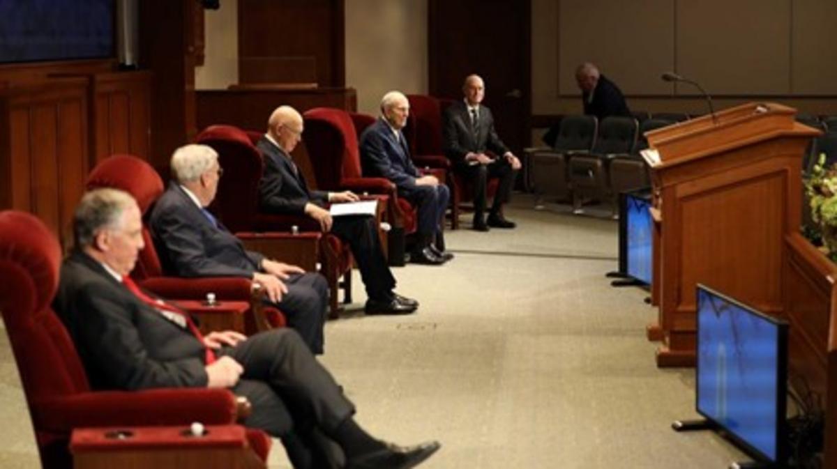De algemene aprilconferentie van 2020 werd vanuit een klein auditorium in het kantoorgebouw van de kerk op Temple Square uitgezonden. De kerkleiders zaten vanwege COVID-19 op anderhalve meter afstand van elkaar.