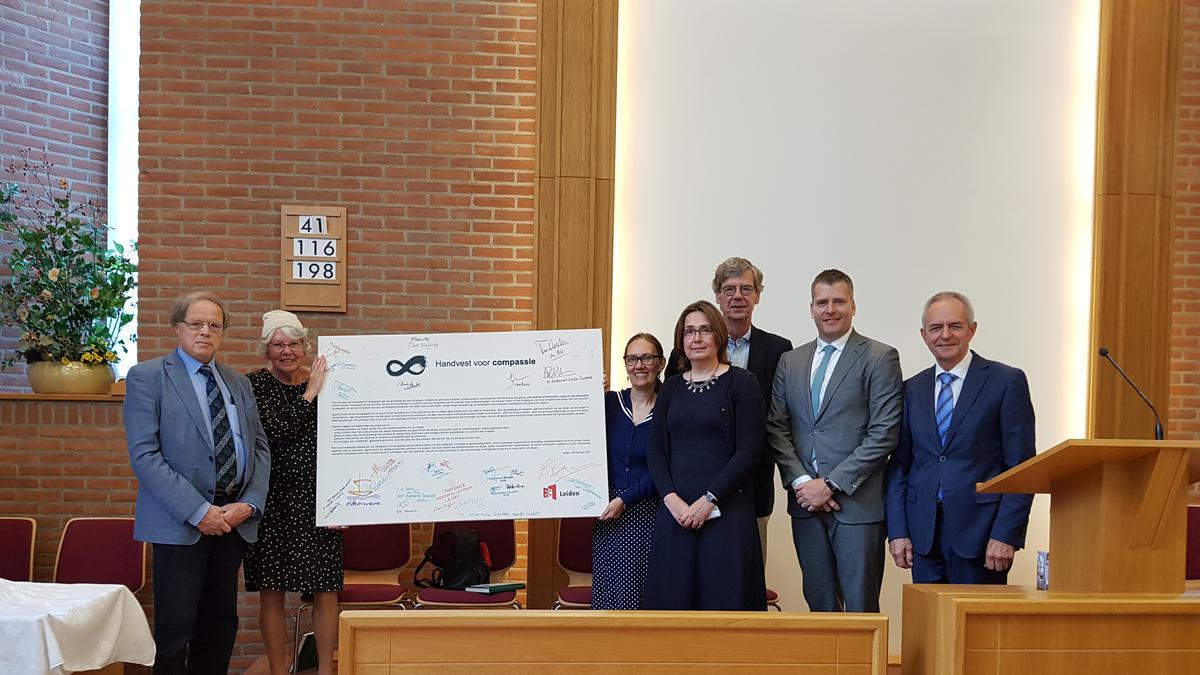 Overdracht Compassiedoek in Leiden