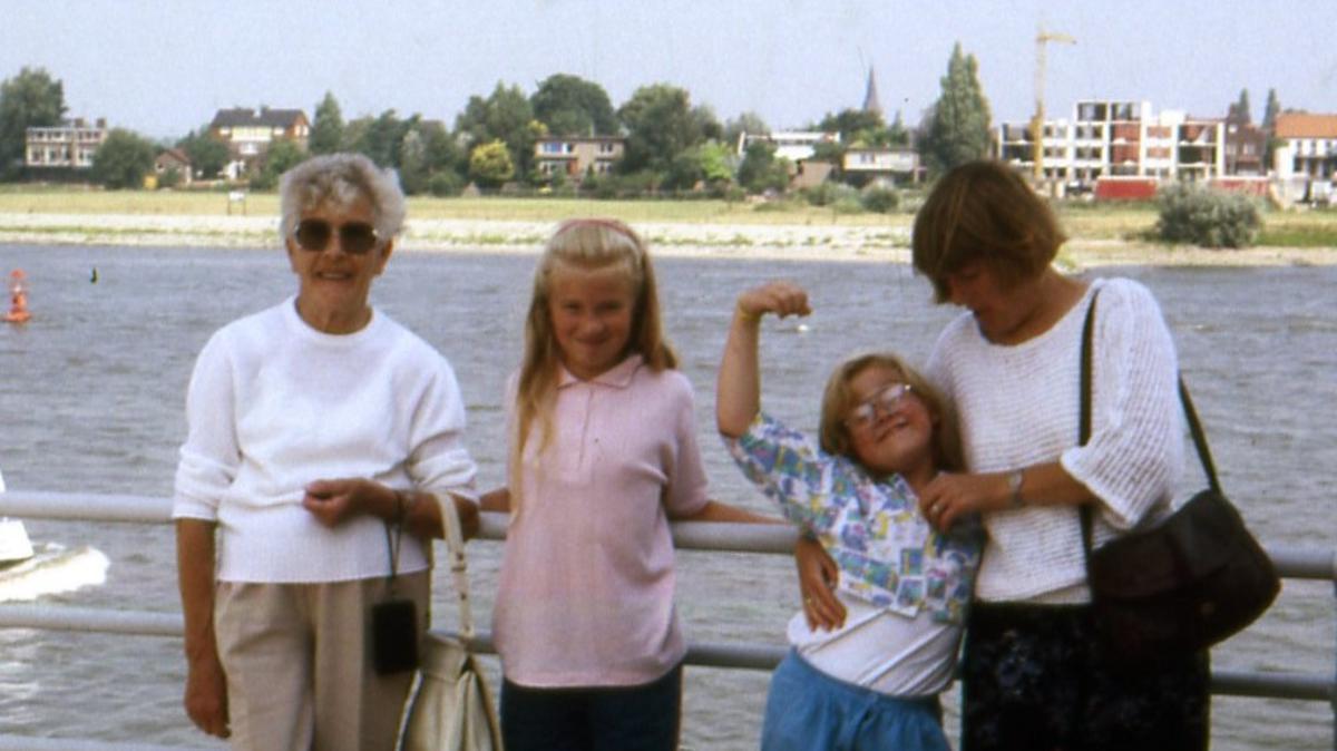 Tante Edith met mijn vrouw en onze twee dochters in Nijmegen