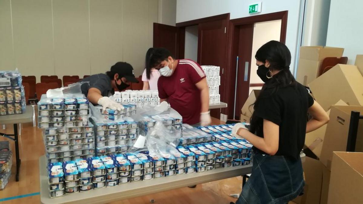 Jonge heiligen der laatste dagen stellen voedselpakketten samen voor behoeftige mensen