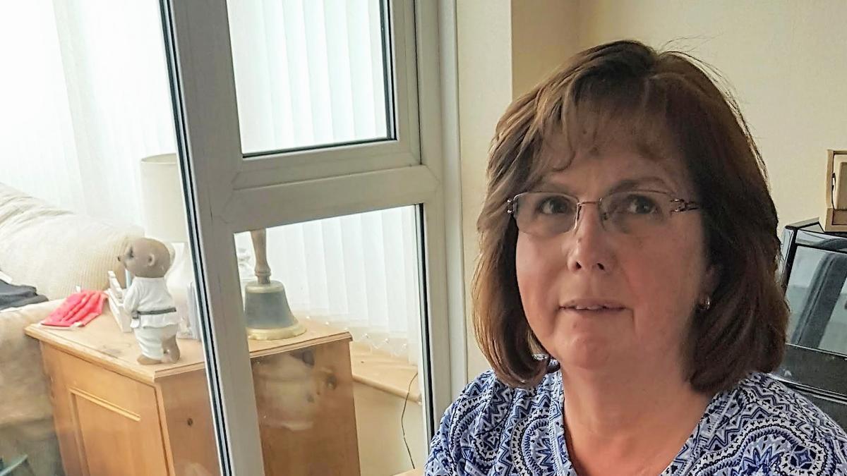 Karen Sutton naait een waszak voor een werknemer in de gezondheidszorg