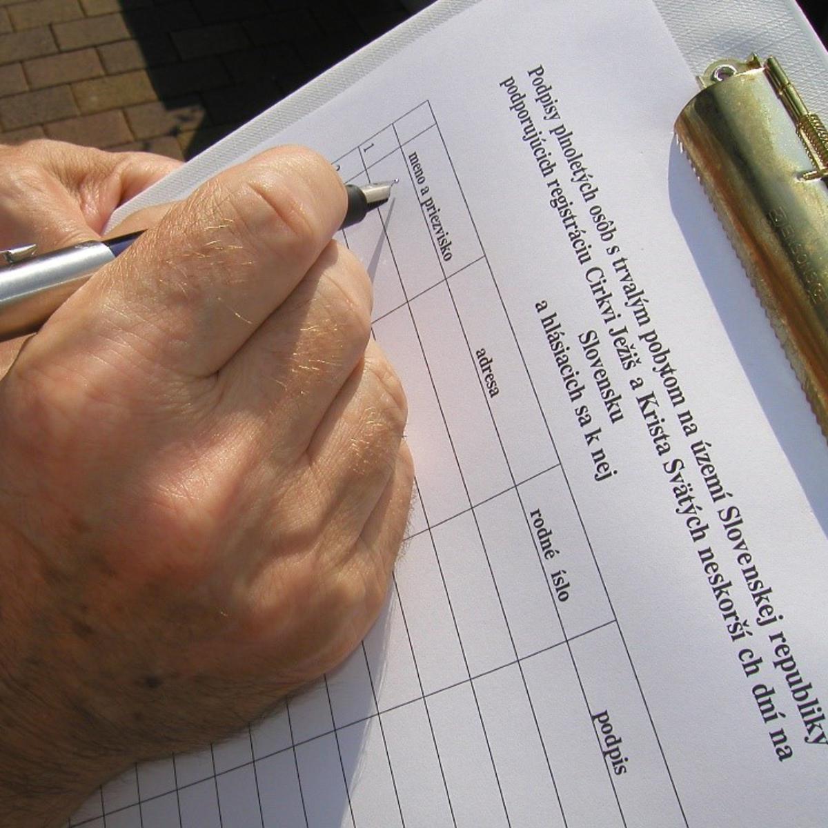 Een burger ondertekent de petitie.
