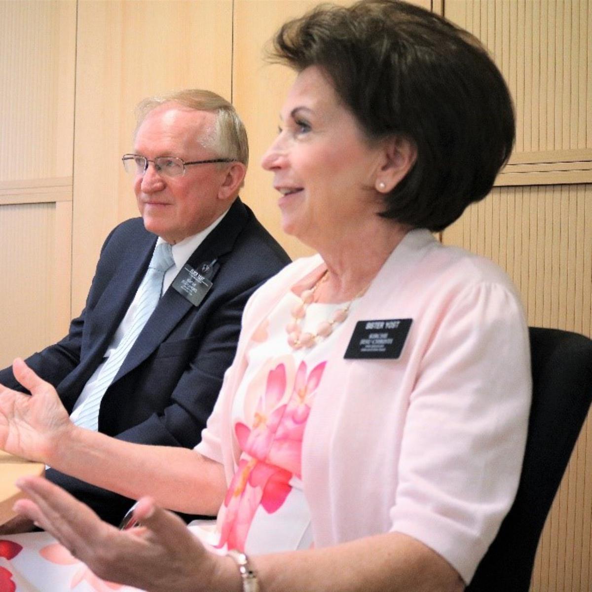 Fred en Susan Yost, momenteel op zending in het gebiedskantoor van de kerk in Frankfurt, halen herinneringen op aan de handtekeningenactie in Slowakije, toen Fred Yost van 2004–2007 president van het zendingsgebied Praag was.