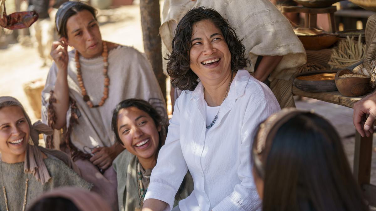 Zuster Reyna I. Aburto, lid van de stuurgroep van het project voor de videoreeks over het Boek van Mormon, praat met de cast op de set nabij Springville (Utah, VS) in juni 2018.