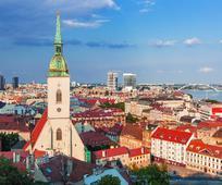 Het Slowaakse Bratislava met onder meer de Sint-Martinuskathedraal en de Donau.
