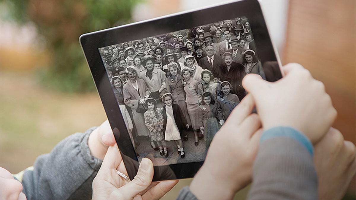 """""""Klassene er utarbeidet lokalt på en rekke europeiske språk av europeiske slektshistoriske eksperter,"""" forklarte Paulo Pereira, FamilySearch' markedsføringssjef i Europa. """"Dette er en uvurderlig opplevelse som omfatter hele verden. Den har til hensikt å inspirere den enkelte deltager fra alle land, kulturer og språk.""""  Mer enn 200 000 deltagere har allerede meldt seg på fra mer enn 200 land og territorier, inkludert over 15 000 fra 43 europeiske land.  RootsTech Connect 2021 vil tilby en kombinasjon av både direktesendinger og innhold på forespørsel for å imøtekomme forskjellene i tidssoner for dens globale publikum. I tillegg vil øktene bli gjort tilgjengelig for visning på forespørsel etter at arrangementet er avsluttet.  Gjennom hele konferansen vil deltagerne kunne kommunisere med foredragsholdere, programledere, utstillere og andre deltagere gjennom direkte samtaler så vel som økter med spørsmål og svar.  """"Dette vil være en feiring i verdensklasse av familier, kulturer og tradisjoner fra alle områder i verden. Den vil inneholde unik musikk, matoppskrifter, kultur og historier fra bidragsytere over hele kloden og spesielt fra våre europeiske land,"""" sa Pereira. """"Bli med hundretusener fra hele verden på dette uforglemmelige virtuelle arrangementet. Du vil ikke angre på det.""""  Konferansens hovedtalere innbefatter Nick Vujicic, en New York Times-bestselgende forfatter og internasjonal motiverende foredragsholder, prisbelønte BBC dramaskuespillerinnen Sunetra Sarker og Francesco Lotoro, en italiensk pianist, komponist, dirigent og samler av musikk som ble komponert i fangenskap under Holocaust. Andre hovedtalere kommer fra Australia, India, Uruguay, Mexico og USA.  Som en del av festlighetene vil Jesu Kristi Kirke av Siste Dagers Hellige være vertskap for en """"oppdagelsesdag"""" med eldste Jeffrey R. Holland i De tolv apostlers quorum og hans hustru Patricia. De vil drøfte betydningen av tilhørighet til sin familie, sitt hjemland og sine forfedre.  Dessuten vil eldste Da"""