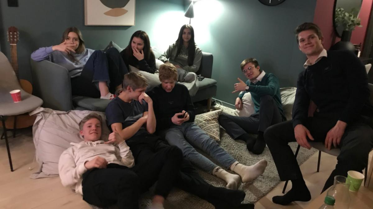 Bilde av ungdommer som ser på Zoom konferansen