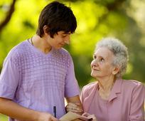 Ung mann som besøker eldre kvinne.