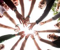 Ungdom i kirken samlet sammen