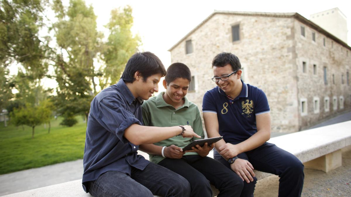 Tre menn diskuterer