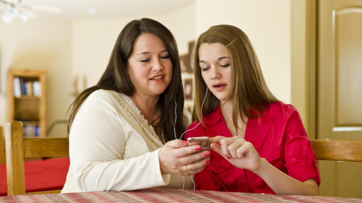 To kvinner diskuterer
