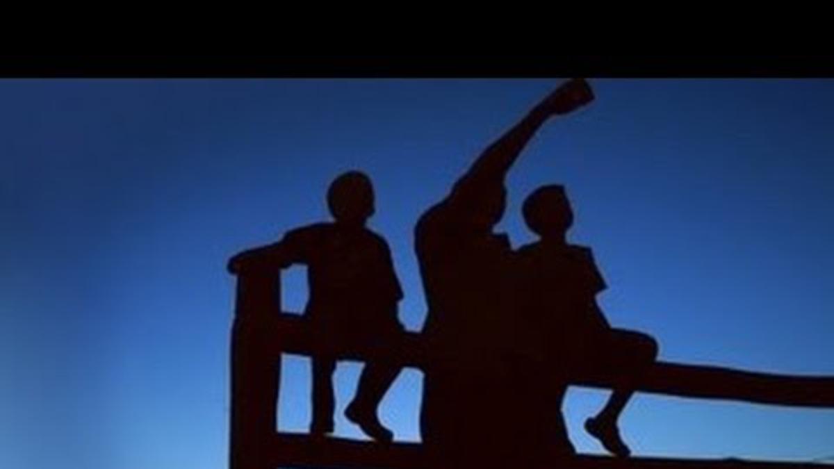 um pai e os dois filhos