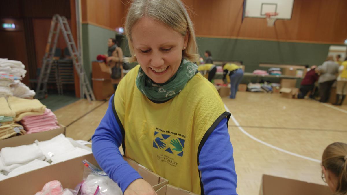 Волонтери састављају комплете за новорођенчад за мајке избеглице у Немачкој