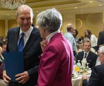 Predsjednik Nelson prima odlikovanje Katoličke društvene službe