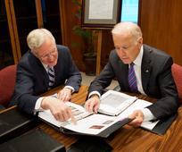 Potpredsjednik Joe Biden primio je obiteljsku povijest tijekom posjeta Hramskom trgu